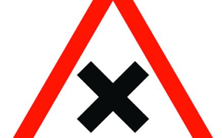 Señal vertical de advertencia de peligro en intersección con prioridad de la derecha
