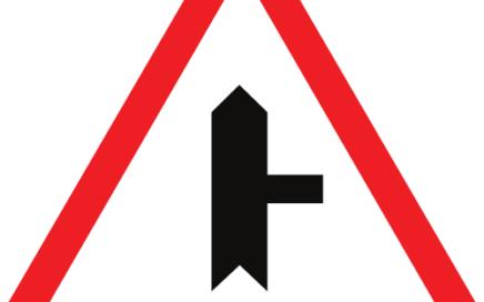 Señal vertical de advertencia de peligro en intersección con prioridad sobre vía a la derecha