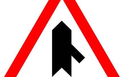 Señal vertical de advertencia de peligro en intersección con prioridad sobre incorporación por la derecha