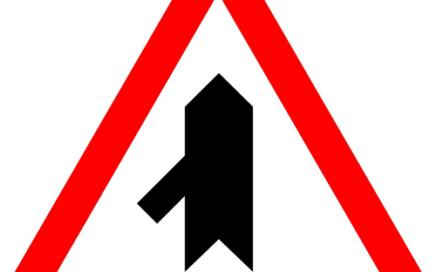 Señal vertical de advertencia de peligro en intersección sobre incorporación por la izquierda