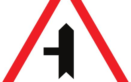 Señal vertical de advertencia de peligro en intersección con prioridad sobre vía a la izquierda