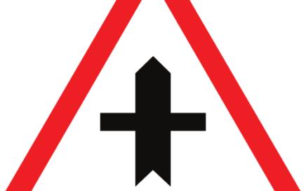 Señal vertical de advertencia de peligro en intersección con prioridad