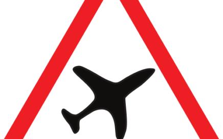 Señal vertical de advertencia de peligro por la proximidad de un aeropuerto