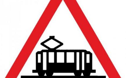 Señal vertical de advertencia de peligro por la proximidad de cruce de tranvía