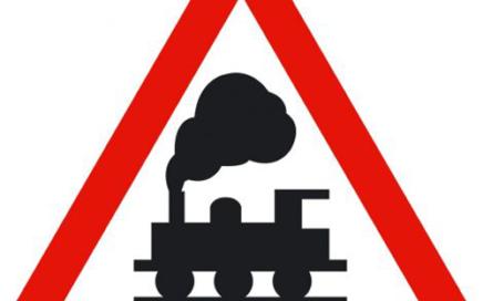 Señal vertical de advertencia de peligro por la proximidad de un paso a nivel sin barreras