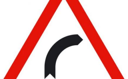 Señal vertical de advertencia de peligro por curva peligrosa a la derecha