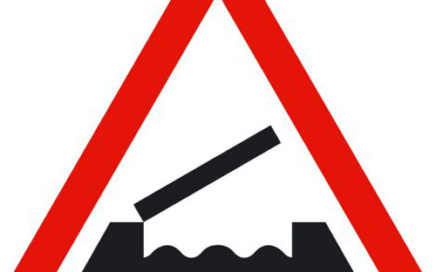 Señal vertical de advertencia de peligro en puente móvil