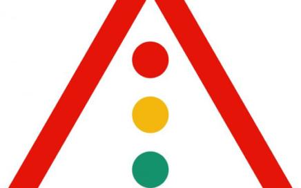 Señal vertical de advertencia de peligro por la proximidad de semáforos