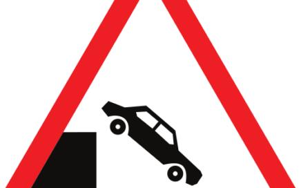 Señal vertical de advertencia de peligro debido a que la vía desemboca en un muelle