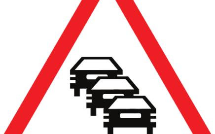 Señal vertical de advertencia de peligro por congestión del tráfico