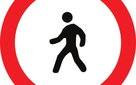 Señal vertical reglamentaria de entrada prohibida a peatones
