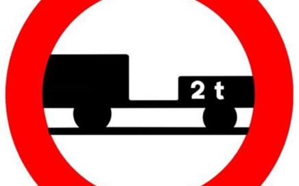 Señal vertical reglamentaria de entrada prohibida a vehículos de motor con remolque, que no sea un semirremolque o un remolque de un solo eje