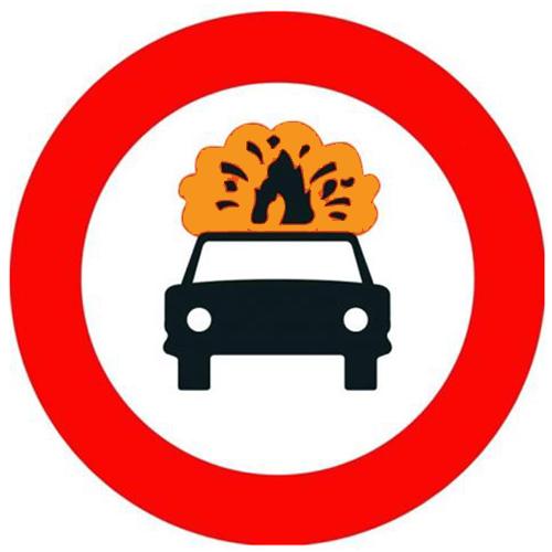 Señal vertical reglamentaria de entrada prohibida a vehículos que transporten mercancías explosivas o inflamables
