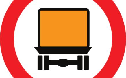 Señal vertical reglamentaria de entrada prohibida a vehículos que transporten mercancías peligrosas