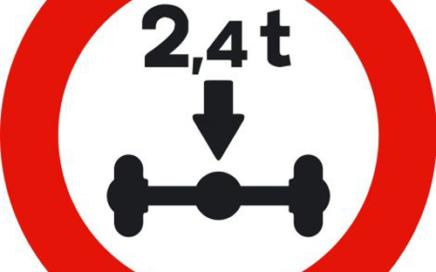 Señal vertical reglamentaria de restricción de paso por limitación de masa por eje