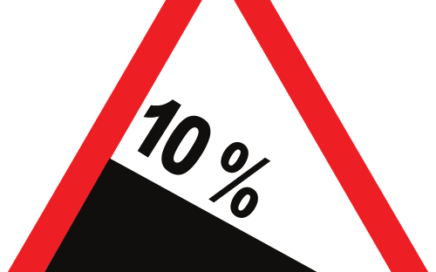 Señal vertical de advertencia de peligro por bajada con fuerte pendiente