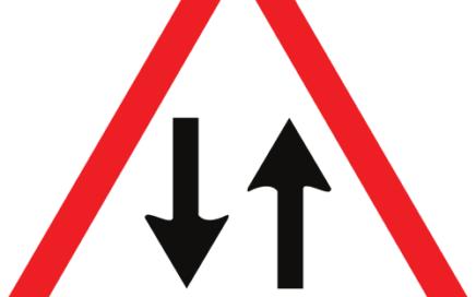 Señal vertical de advertencia de peligro por circulación en los dos sentidos