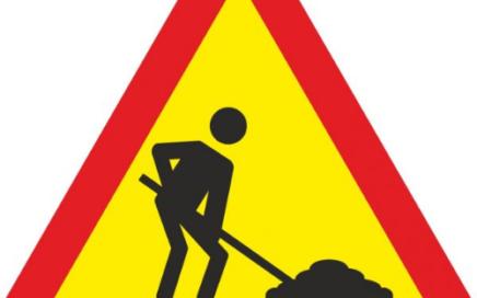 Señal vertical de advertencia de peligro por la proximidad de obras