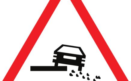 Señal vertical de advertencia de peligro por la existencia de un escalón lateral