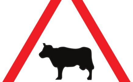 Señal vertical de advertencia de peligro por paso de animales domésticos
