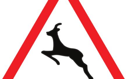 Señal vertical de advertencia de peligro por paso de animales en libertad