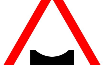 Señal vertical de advertencia de peligro por la proximidad de un badén