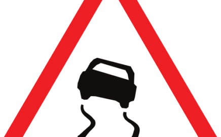 Señal vertical de advertencia de peligro por la proximidad de pavimento deslizante