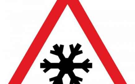 Señal vertical de advertencia de peligro por proximidad de pavimento deslizante por hielo o nieve