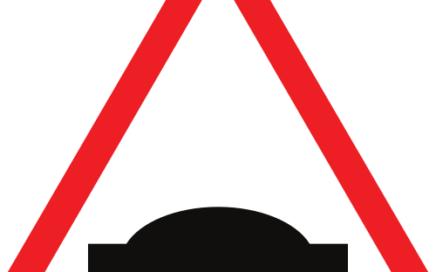 Señal vertical de advertencia de peligro por la proximidad de un resalto