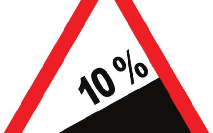 Señal vertical de advertencia de peligro por subida con fuerte pendiente