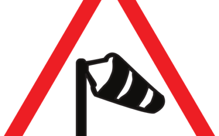 Señal vertical de advertencia de peligro por viento transversal