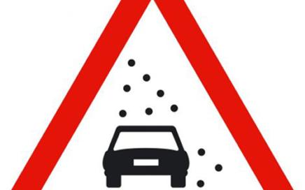Señal vertical de advertencia de peligro por proximidad de un tramo con visibilidad reducida