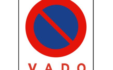 Señal vertical reglamentaria de estacionamiento prohibido en vado
