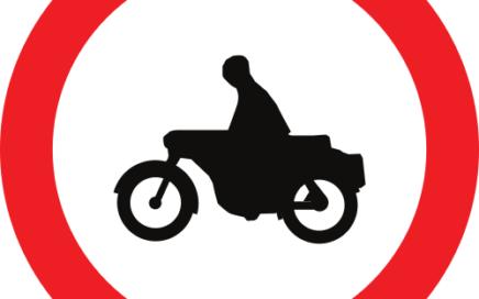 Señal vertical reglamentaria de entrada prohibida a motocicletas