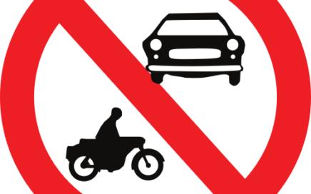 Señal vertical reglamentaria de entrada prohibida a vehículos de motor