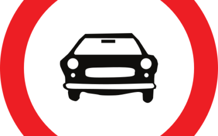 Señal vertical reglamentaria de entrada prohibida a vehículos de motor, excepto a motocicletas de dos ruedas sin sidecar