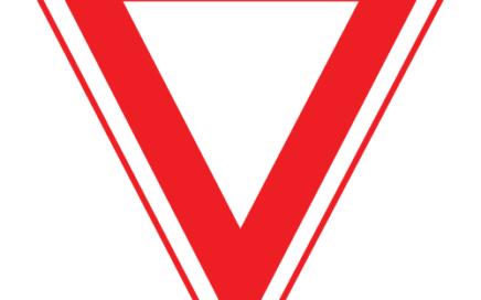 Señal vertical reglamentaria de prioridad ceda el paso